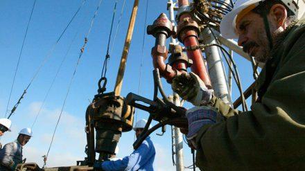 Operarios trabajan en uno de los gasoductos que unen Argelia y España.