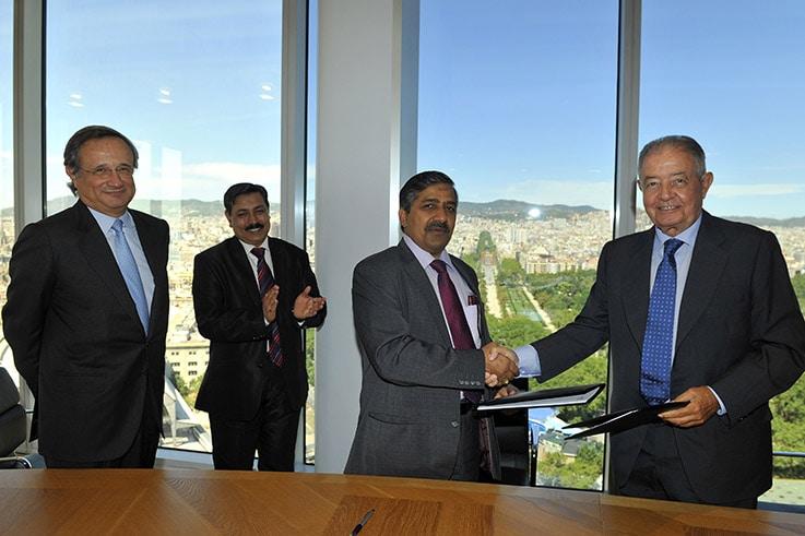 Salvador Gabarró, anterior presidente de GNF, firma un acuerdo con el presidente de Gail en la India. FOTO: GNF.