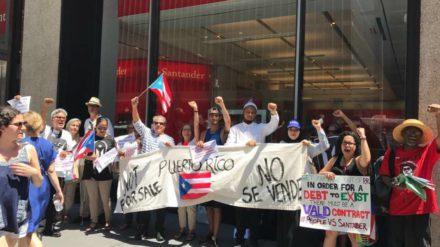 Un grupo de manifestantes frente a una sucursal del Banco Santander en Puerto Rico. Foto: David Galarza.