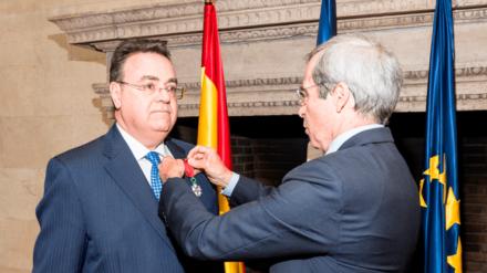 El presidente de Enagás, Antonio Llardén, recibe la insignia de Caballero de la Legión de Honor de Francia. Foto: Enagás.