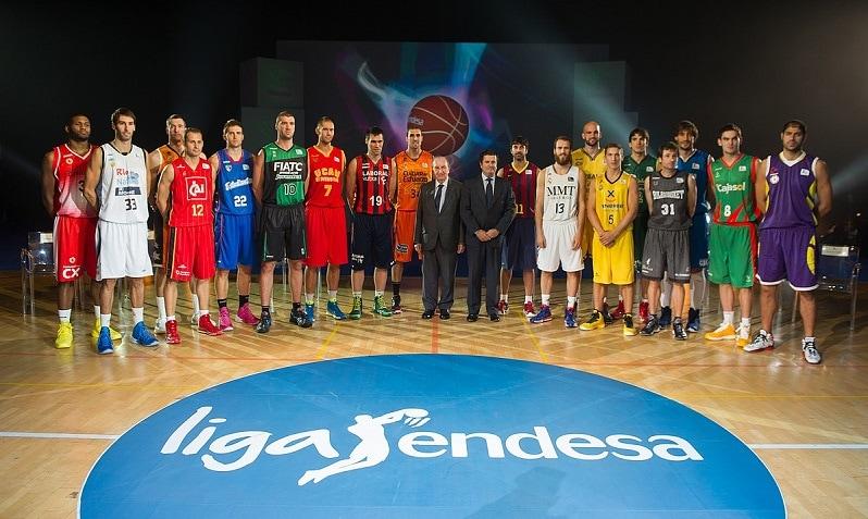 Borja Prado, presidente de Endesa, con jugadores de la Liga Endesa de baloncesto. Foto: Endesa.