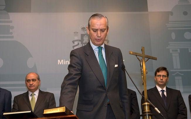 Arsenio Fernández saluda a compañeros de la Guardia Civil