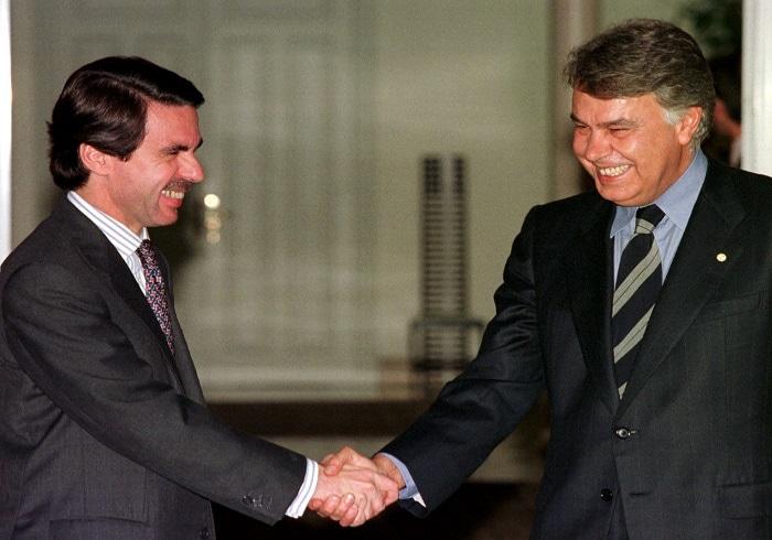 Los expresidentes José María Aznar y Felipe González, posteriormente nombrados consejeros de Endesa y Gas Natural Fenosa respectivamente, reunidos en 1996 para integrar de forma plena a España en la OTAN. Foto: REUTERS.