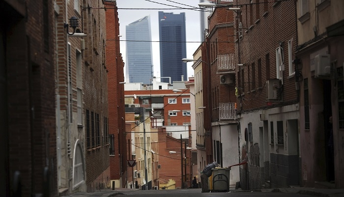 Un hombre busca en la basura en el barrio de Tetuán, Madrid. Foto: REUTERS/Susana Vera.