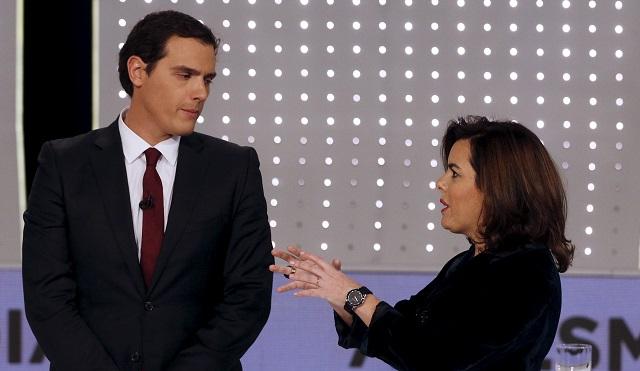 Albert Rivera, líder de Ciudadanos, escucha a Soraya Sáenz de Santamaría, ex vicepresidenta del Gobierno, antes del debate presidencial televisado. Foto: REUTERS/Sergio Pérez.
