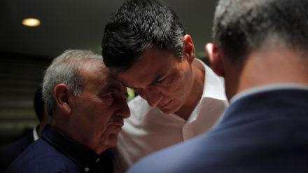 Pedro Sánchez escucha a un hombre durante un encuentro con representantes del sector turístico en Marbella. Foto: REUTERS/Jon Nazca.