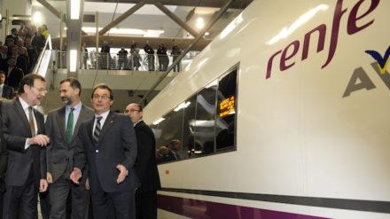 El presidente Mariano Rajoy junto al rey Felipe y el president Artur Mas junto al AVE en 2013. Foto: REUTERS / Stringer.