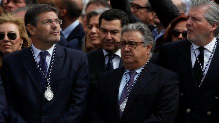 Rafael Catalá junto a Juan Ignacio Zoido e Íñigo Méndez de Vigo en la procesión de la Legión y el Cristo de la Buena Muerte en Málaga (2018). Foto: REUTERS/Jon Nazca.